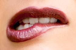 Perempuan Yang Suka Gigit Bibir Bawah