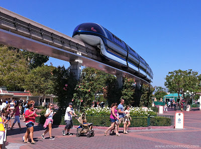 Monorail Esplanade Disneyland