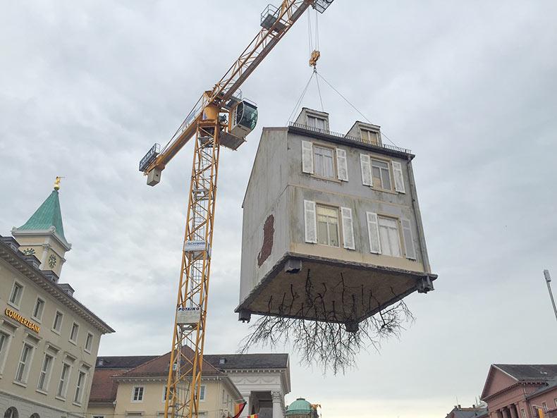 Instalación a gran escala cuenta con una casa arrancada del suelo flotando en el aire