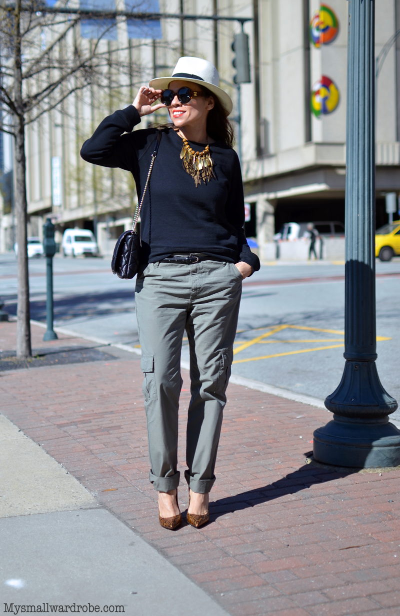 Black sweatshirt street style