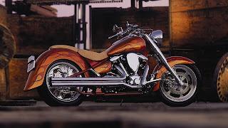 Goud oranje motorfiets met rode vlammen of strepen