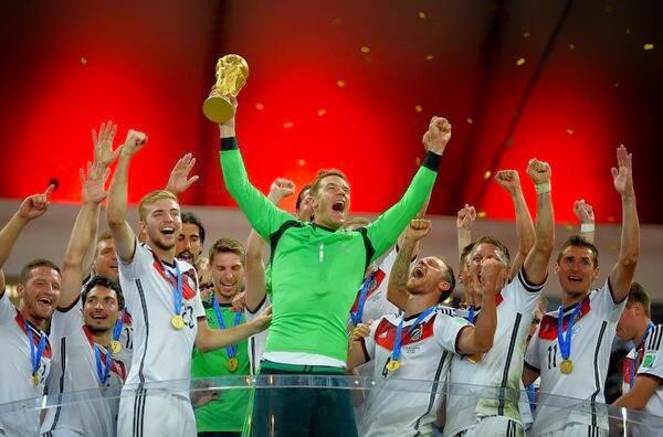 نوير و لاعبي المانيا مع كاس العالم