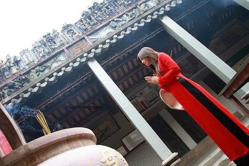 Hotgirl Châu Dương đi lễ chùa đầu năm 2