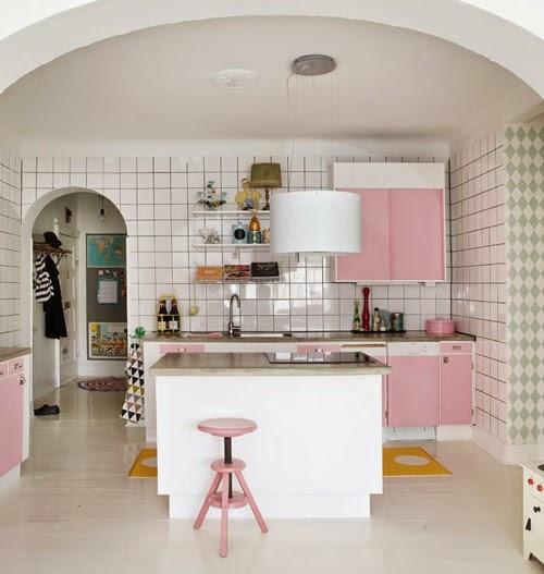 Cocina rosa con azulejos cuadriculados