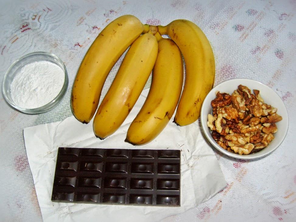 Фруктовый салат из бананов и орехов