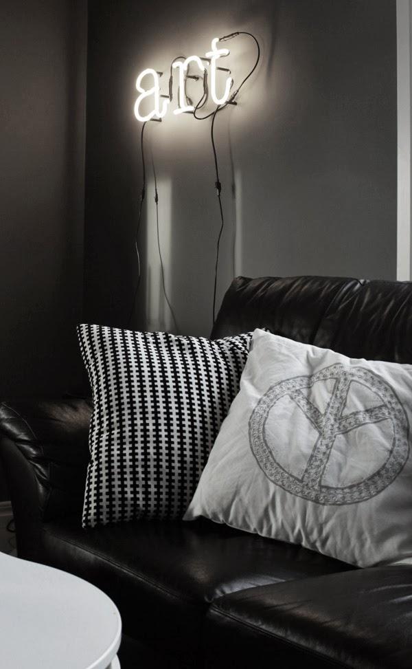 neon, neonbokstäver, magasin 11, neonbelysning, seletti neon, neonljus i vardagsrummet, svart, vitt, grått, inspiration belysning, neon på väggen, lampor i vardagsrummet, kudde peace, peacetecken på kudde, zbh, zelected by house, kuddar, soffa, svart och vit kudde ikea, grafiskt tryck på kudde, vit kudde med peacetecken