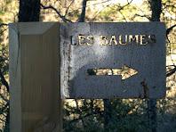 Placa que indica la direcció a seguir per arribar a les Baumes del Molí de la Codina