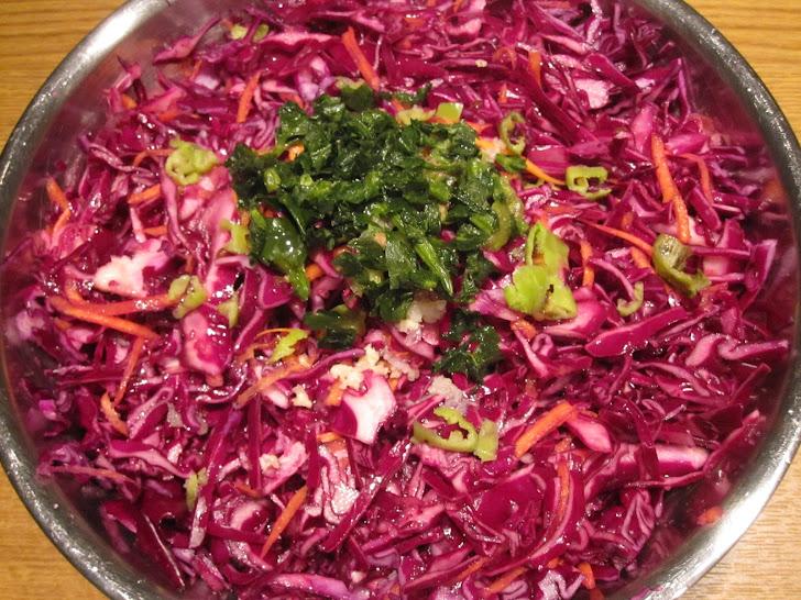 Салат с красной капустой, зеленым перцем, чесноком, сельдереем и моркови