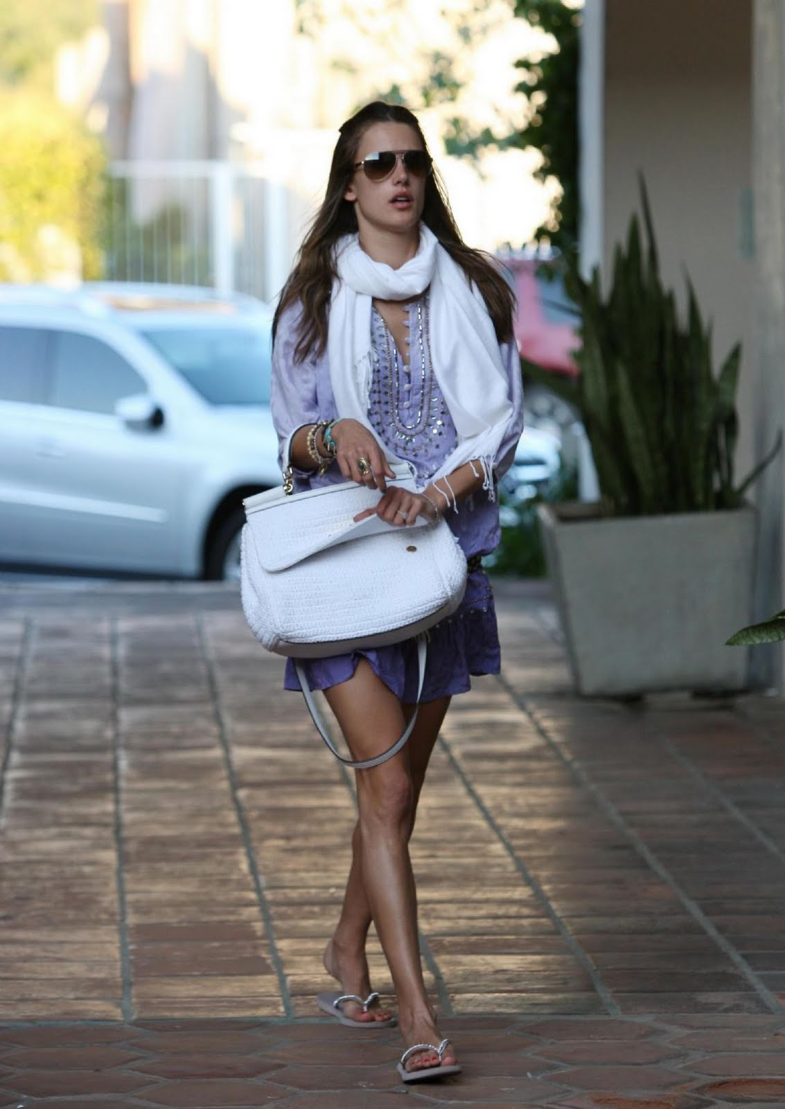 http://3.bp.blogspot.com/-azk4u4r9p08/TeaX8-lWjBI/AAAAAAAAKgk/bzIF5kwgvSs/s1600/Alessandra+Ambrosio+with+her+daughter+at+a+park+in+Malibu+%25283%2529.jpg