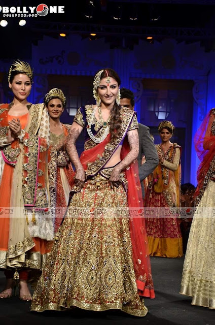 Soha Ali Khan rampwalk Vikram Phadnis Aamby Valley India Bridal Fashion week 2012