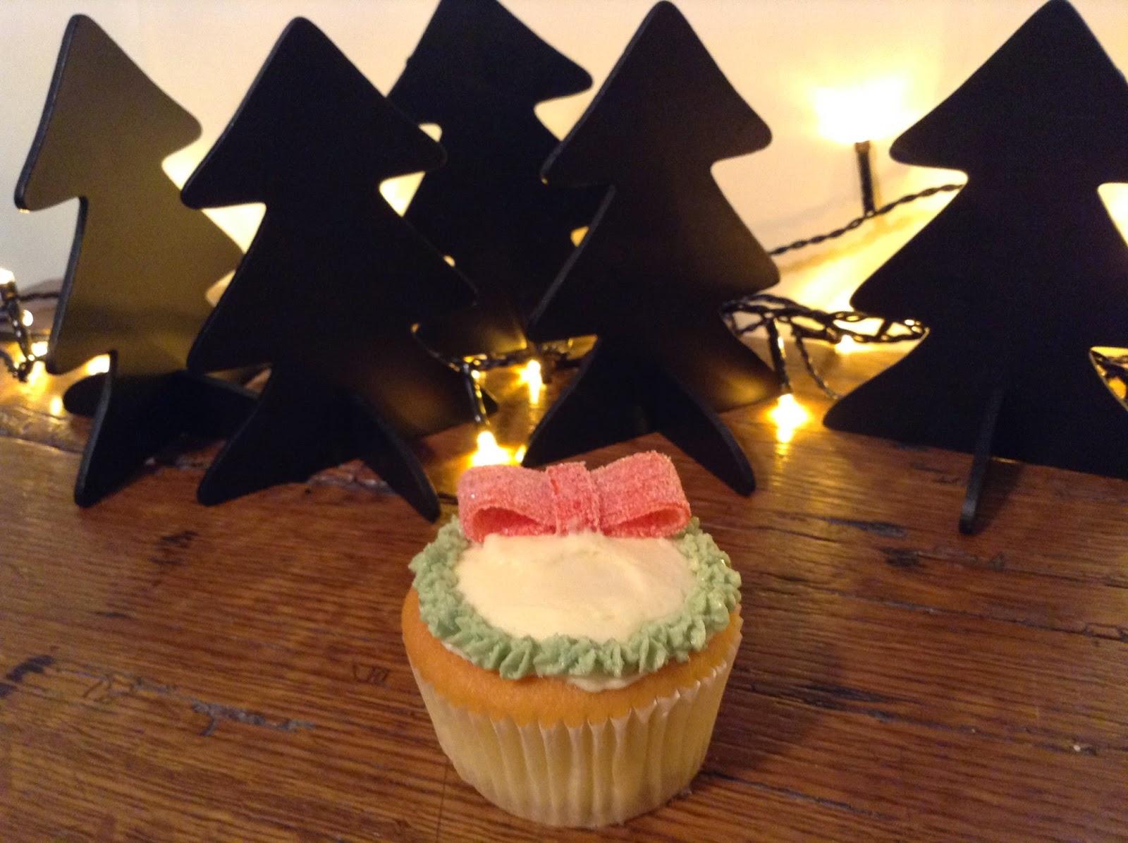 Cupcakes de Noël: couronne de houx décoré de son noeud rouge givré