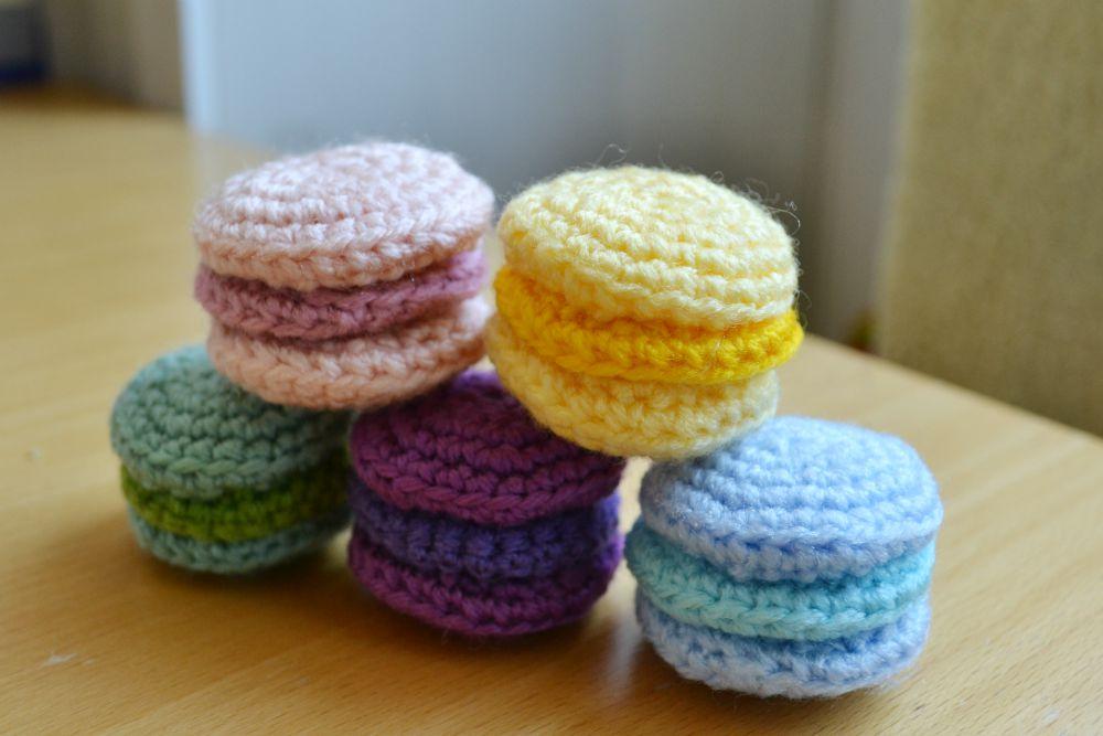 crochet macarons cake