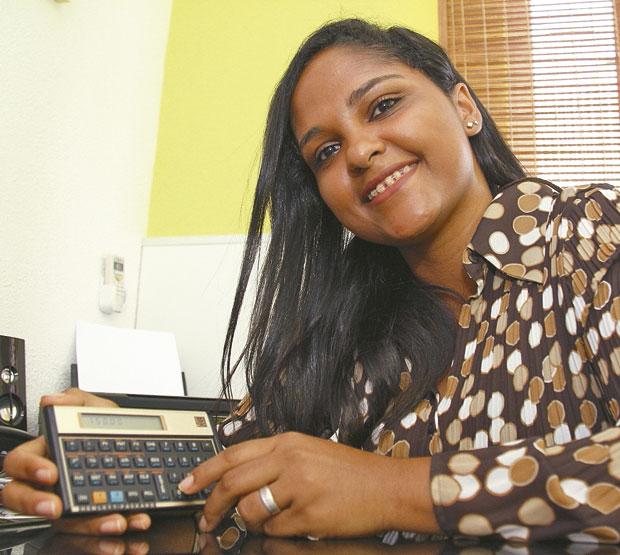 Aline é beneficiária do Prouni, que oferece bolsas de estudos em faculdades privadas (Foto: Evandro Veiga/CORREIO)
