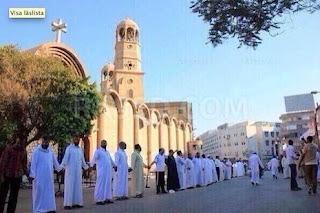 Sejumlah muslim melindungi gereja Kristen Koptik