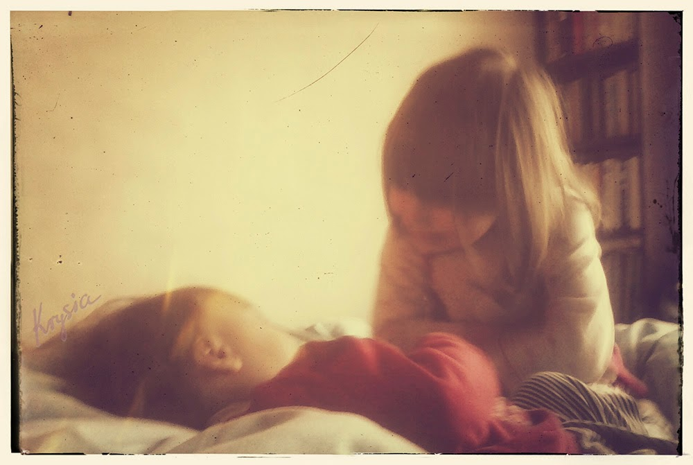 Krysi dom i dziewczyny w sypialni