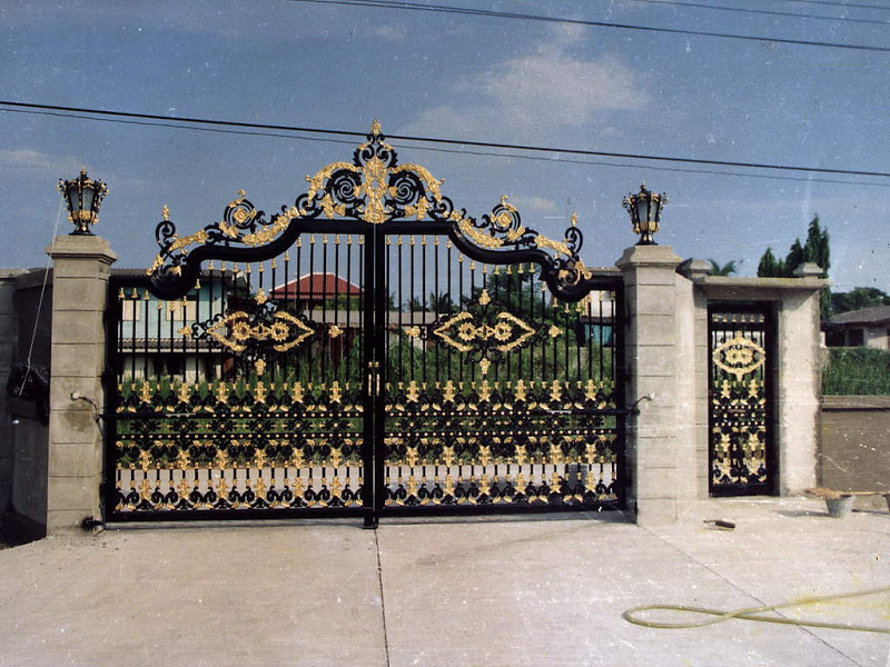 Iron gates design gallery kerala home dezign for Home gate design