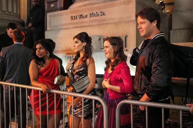 Escena del capítulo en el que Mindy y sus compañeros salen de fiesta a un club