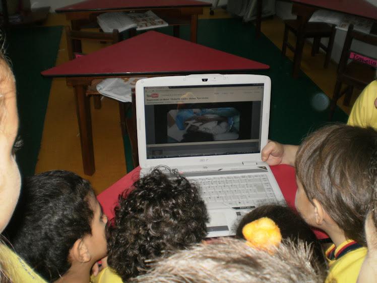 Observando un video infantil del nacimiento de un bebé