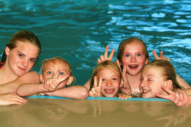 5 ni as en la piscina contentas for En la piscina
