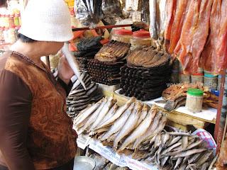 Вяленая и копчёная рыба в Phsar Thmei - центральный рынок в Пномпене, Камбоджа Есть и быть www.EatAndBe.ru