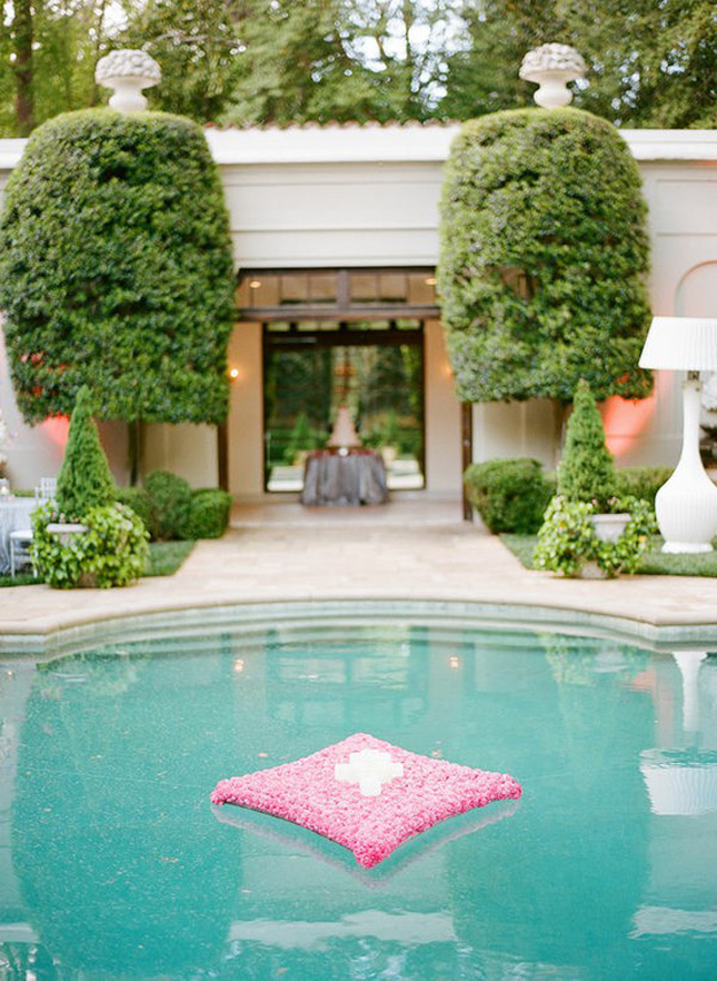 Gorgeous pool decorations for weddings belle the magazine for Pool decor design