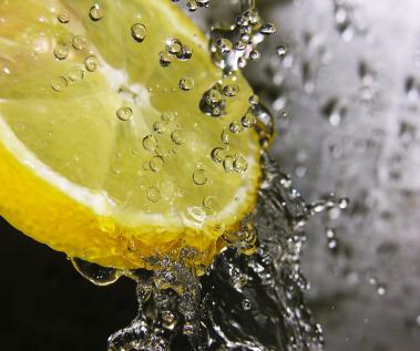 http://3.bp.blogspot.com/-b3pjskVoQKs/TijLIzNvs7I/AAAAAAAAAQk/lBy0L-6Ohpk/s1600/lemon-water.jpg