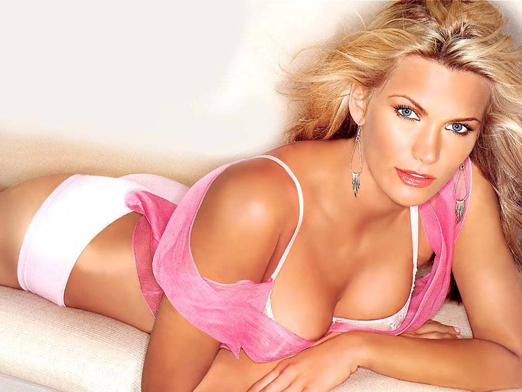 Hollywood Actress Natasha Henstridge In Hot Bikini Photos