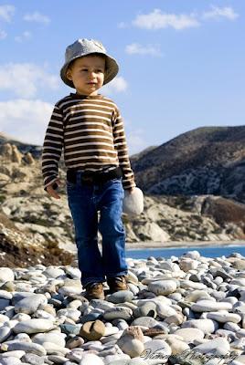 Zdjęcie wykonane z żabiej perspektywy, dziecko na kamiennej plaży, kompozycja, punkt widzenia