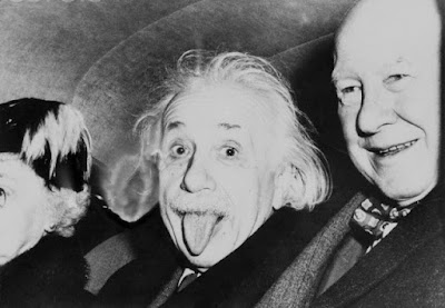 Misteri Dibalik Kenapa Foto Albert Einstein Menjulurkan Lidahnya