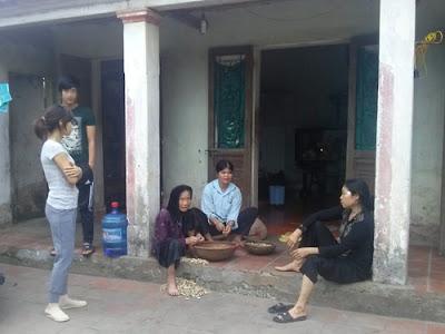 Gia đình nạn nhân Nguyễn Tuấn Anh (anh Nguyễn Văn Nam đứng)