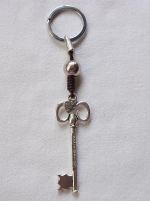 Llavero artesanal elaborado en cuero marrón con adorno de llave labrada estilo antiguo