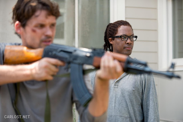 Austin Nichols como Spencer Monroe y Corey Hawkins como Heath en The Walking Dead Temporada 6, Capítulo 8