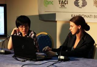 Echecs à Tirana : Hou Yifan (2568) commente sa partie avec Anastasia Karlovich