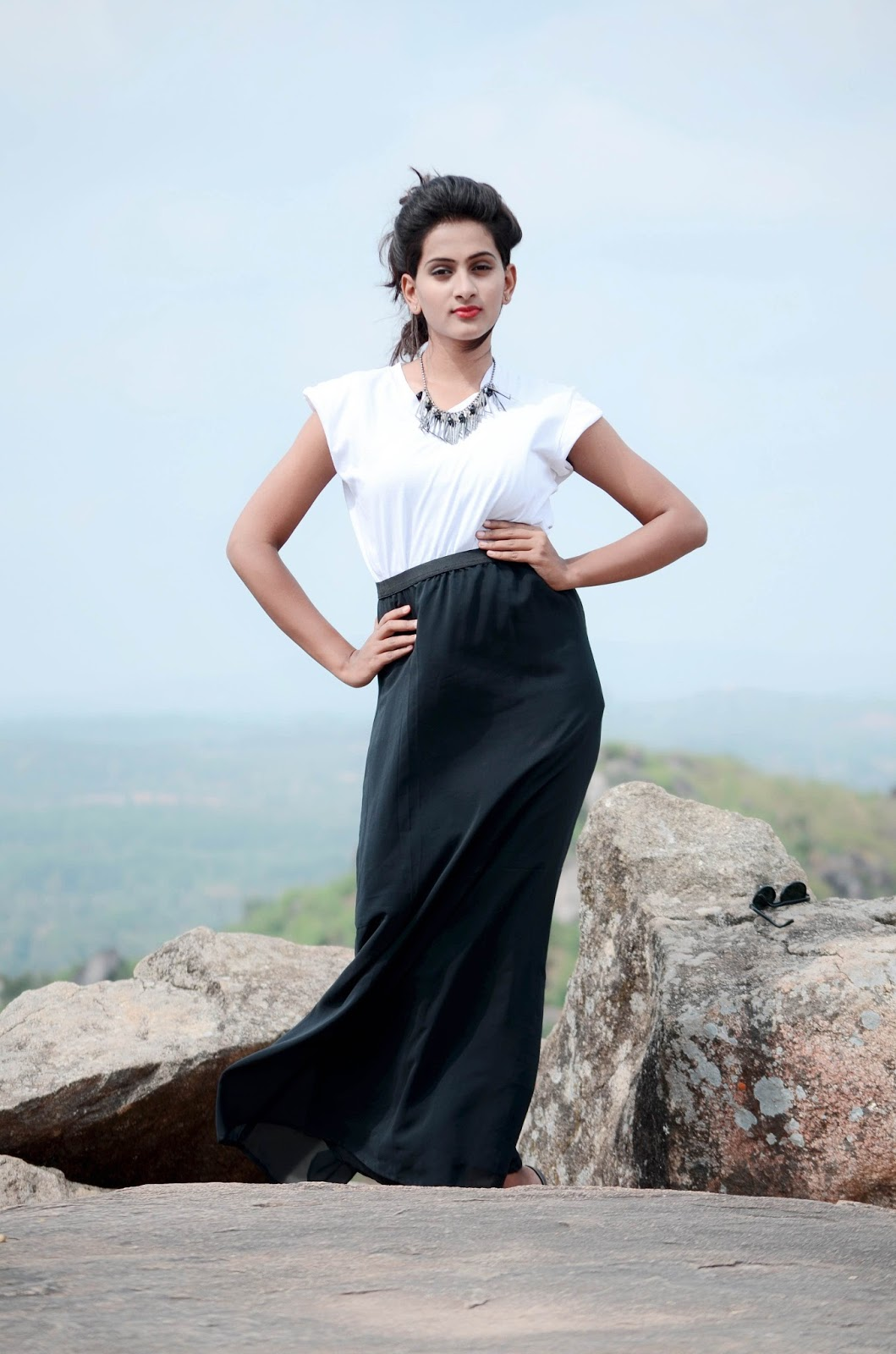 how to style a white tshirt, different styles of tshirt, white tshirt with the skirt, black skirt and white tshirt