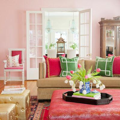 Living room con paredes rosadas