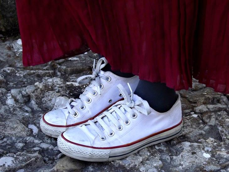 H&M White Top Pull&Bear Grey Roses Cardigan Burgundy Pleated Maxi Skirt Converse All Star Spiked Headband Cross Bracelet Dark Side Mac Burgundy Lipstick Catrice 170 After Work Wine Burgundy Nasilpolish Layla 201