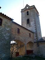Detall de la galeria que comunica la capella amb el campanar