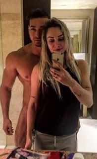 Dois dias antes do casamento, Felipe Franco e Juliana Salimeni, relaxam em Miami. Na tarde da última terça-feira (22) o atleta compartilhou em seu perfil no Instagram uma foto em que aparece nu ao lado da noiva.