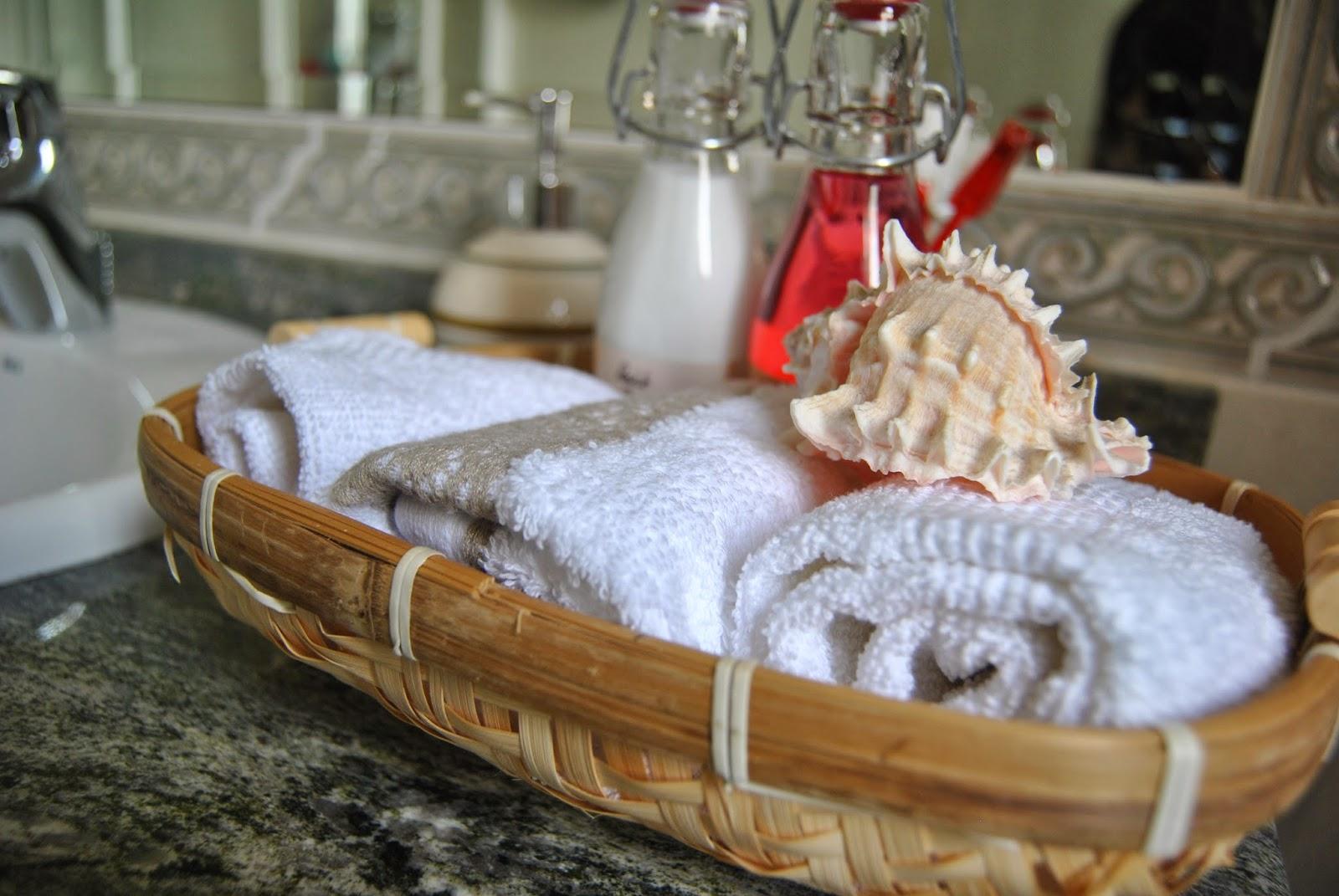Decoracion De Baño Con Toallas:Blancas en bandejas o cestas de mimbre pueden cambiar completamente la
