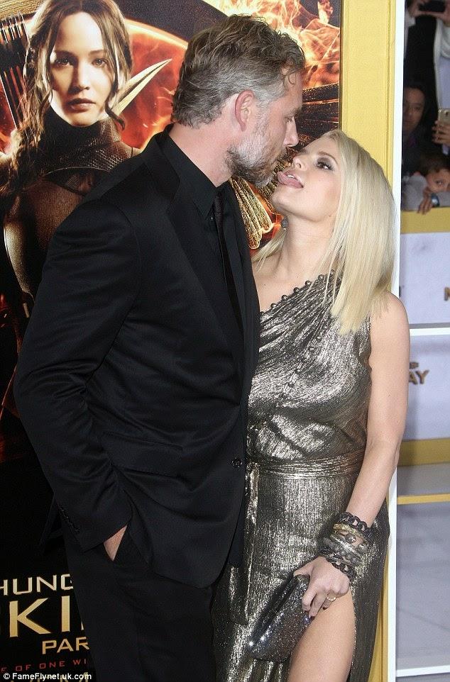 جيسيكا سيمبسون وقبل ساخنة مع زوجها اريك جونسون
