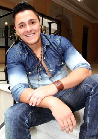 Joey Montana con bella sonrisa