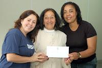 A autora Romilda dos Santos Veiga entre as professoras Gabrielle Dias Barki e Ozana Fidelis dos Santos