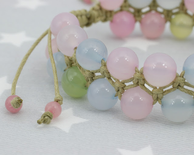 Makramowa bransoletka w pastelowych kolorach