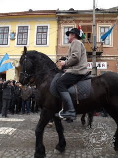 Szöveg: ...gyönyörűbbnél gyönyörűbb paripákat... Kép: Közelkép egy gyönyörű tartású fekete paripáról és az őt megülő lovasáról.