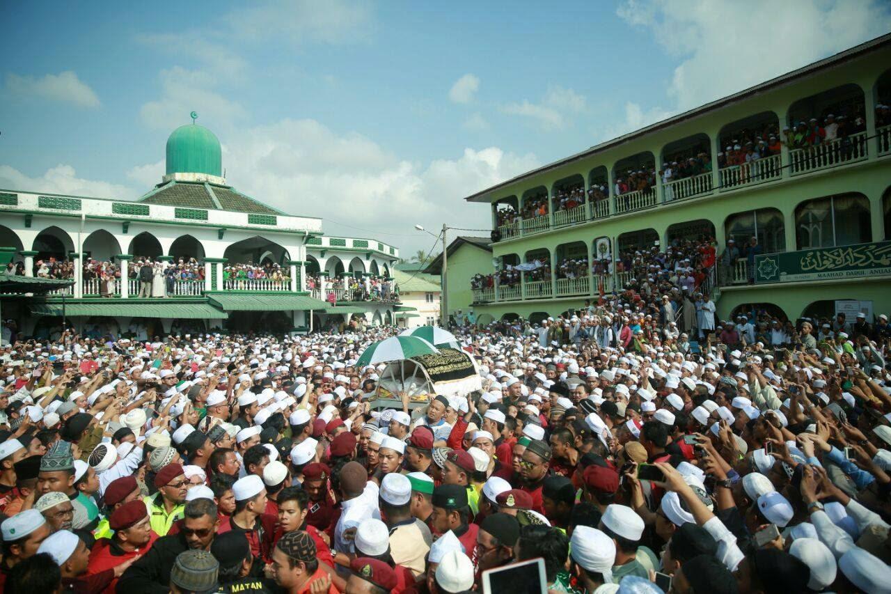 Datuk Nik Abdul Aziz meninggal dunia