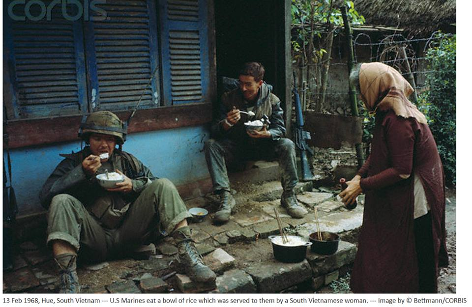 Dân Huế cho lính Mỹ ăn cơm trong trận