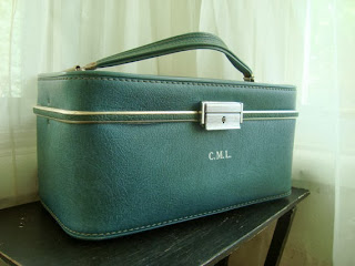 https://www.etsy.com/listing/159613656/lovely-teal-1960s-traincase-vintage?ref=favs_view_5