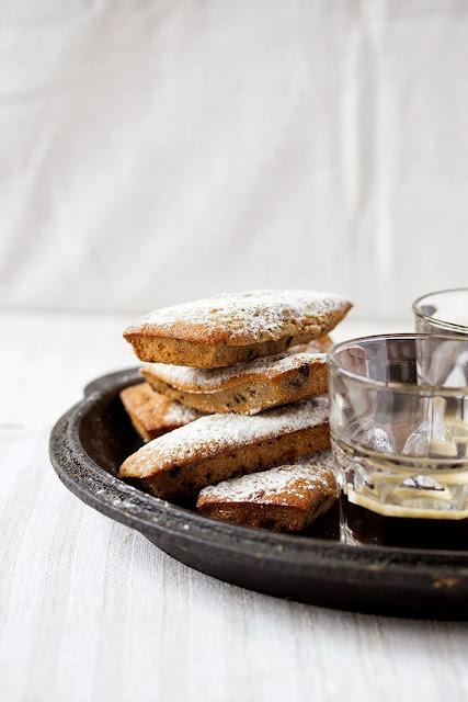 dolcetti al caffè con gocce al cioccolato / small coffee cakes with chocolate drops