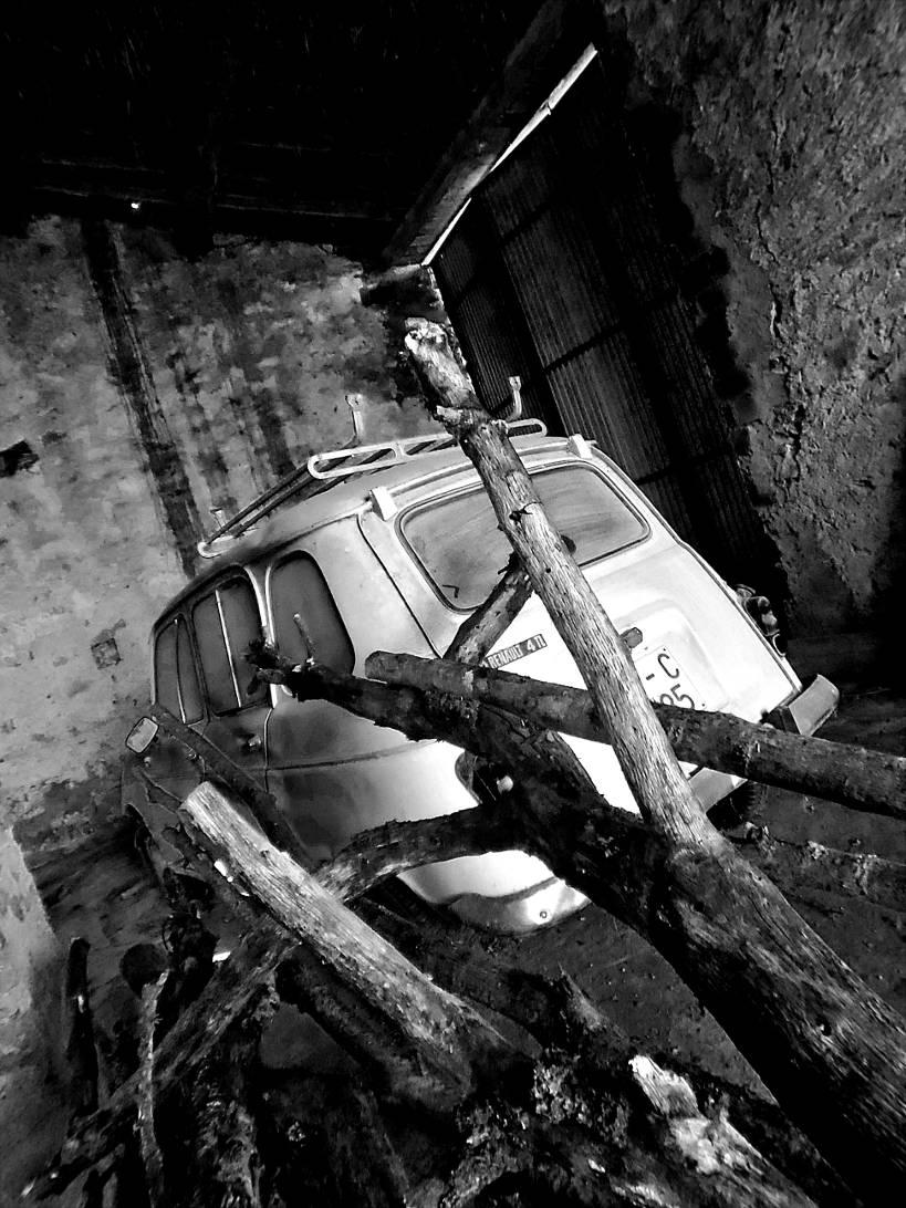 Renault 4 abandonado  Morillo de Monclús