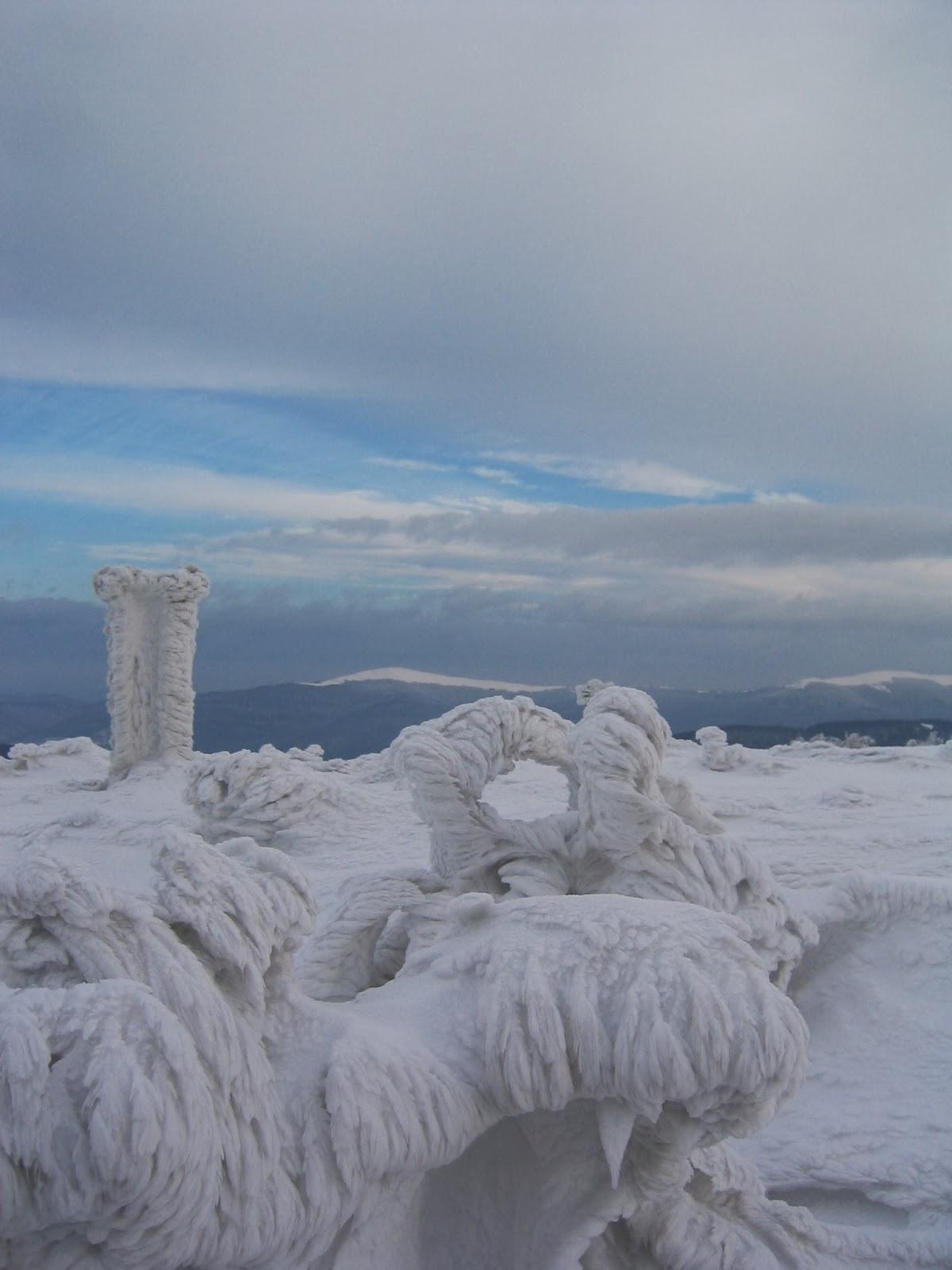 ledem pokrytá krajina vrcholu hory
